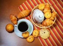 Biscotti, pasticcerie e tazza di caffè su fondo di legno fotografie stock