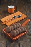 Biscotti in pentola ceramica arancio Fotografia Stock Libera da Diritti