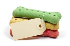 Biscotti per cani ed etichetta dello spazio in bianco Fotografia Stock