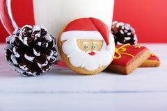 Biscotti per Santa: decorazione dei biscotti, del latte e di natale dello zenzero Fotografie Stock Libere da Diritti