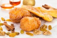 Biscotti portoghesi Sonhos di Natale con zucchero fotografia stock libera da diritti