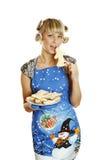 Biscotti pronti della giovane donna per natale Immagine Stock