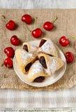 Biscotti riempiti di marmellata di amarene immagini stock libere da diritti