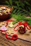 Biscotti rossi del pan di zenzero e del nastro per il Natale Fotografie Stock