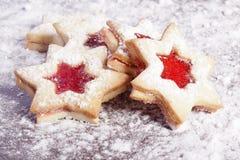 Biscotti rossi della stella dell'ostruzione Fotografie Stock