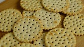Biscotti rotondi sulla tavola Rotazione, sulla vista stock footage