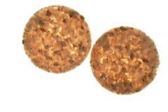 Biscotti salati fette rotonde del cereale su bianco Immagini Stock