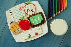 Biscotti saporiti con forma del materiale della scuola Fotografia Stock