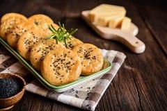 Biscotti saporiti del formaggio con i semi di cumino neri Immagine Stock Libera da Diritti
