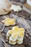 Biscotti saporiti della molla nella forma di fiore per il giorno del ` s delle donne, il giorno del ` s della madre ed il giorno  Immagine Stock