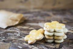 Biscotti saporiti della molla nella forma di fiore per il giorno del ` s delle donne, il giorno del ` s della madre ed il giorno  Fotografia Stock Libera da Diritti