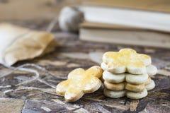 Biscotti saporiti della molla nella forma di fiore per il giorno del ` s delle donne, il giorno del ` s della madre ed il giorno  Fotografie Stock