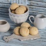 Biscotti semplici su un fondo di legno leggero Fotografie Stock