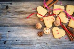 Biscotti sotto forma dei cuori, cuori variopinti, nastri, cinnam Fotografia Stock Libera da Diritti