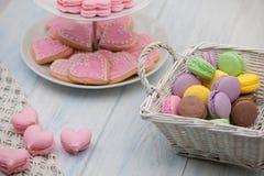 Biscotti sotto forma dei cuori il giorno del ` s del biglietto di S. Valentino Fotografia Stock Libera da Diritti