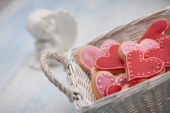 Biscotti sotto forma dei cuori il giorno del ` s del biglietto di S. Valentino Immagini Stock