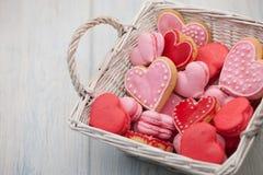 Biscotti sotto forma dei cuori il giorno del ` s del biglietto di S. Valentino Fotografie Stock Libere da Diritti