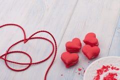 Biscotti sotto forma dei cuori il giorno del ` s del biglietto di S. Valentino Immagine Stock Libera da Diritti