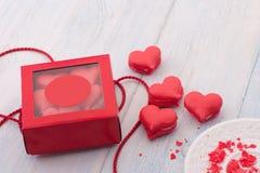 Biscotti sotto forma dei cuori il giorno del ` s del biglietto di S. Valentino Fotografia Stock