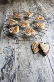 Biscotti sotto forma di cuore sulla griglia del metallo Immagini Stock Libere da Diritti