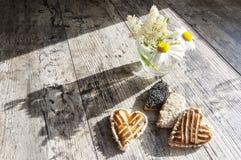 Biscotti sotto forma di cuore sulla tavola Immagine Stock