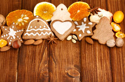 Biscotti, spezia e decorazione casalinghi del pan di zenzero di Natale Fotografia Stock Libera da Diritti