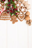 Biscotti, spezia e decorazione casalinghi del pan di zenzero di Natale Fotografie Stock Libere da Diritti