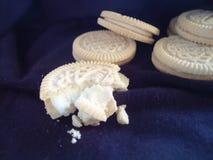 Biscotti su tessuto nero Immagine Stock