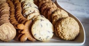 Biscotti su un piatto curvo Fotografia Stock Libera da Diritti