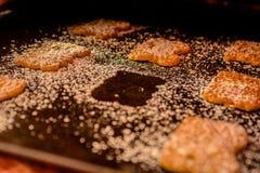 Biscotti su un piatto di cottura, fresco dal forno, uno che manca fotografia stock