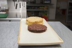 Biscotti su un piatto su un fondo confuso fotografie stock libere da diritti
