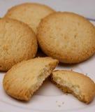 Biscotti sul piatto bianco Immagini Stock Libere da Diritti