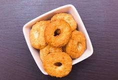 Biscotti sulla ciotola quadrata sull'ardesia veduta da sopra Immagine Stock Libera da Diritti