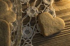 Biscotti sulla tovaglia Knitted e sulla tavola di legno fotografia stock