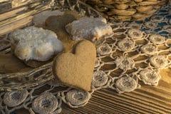 Biscotti sulla tovaglia Knitted e sulla tavola di legno immagini stock libere da diritti