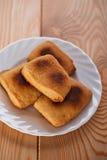 Biscotti sulla zolla bianca Fotografia Stock