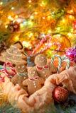Biscotti tradizionali dello zenzero di Natale sotto forma di alberi di Natale e di piccoli uomini allegri Biscotti sotto forma di Fotografia Stock