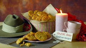 Biscotti tradizionali di ANZAC nella regolazione d'annata con il cappello di Slouch australiano dell'esercito stock footage
