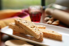 Biscotti un vino rosso Fotografia Stock Libera da Diritti
