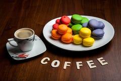 Biscotti variopinti con caffè fotografie stock