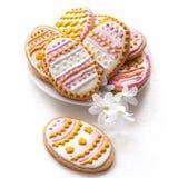 Biscotti variopinti di Pasqua sotto forma dell'uovo Fotografia Stock