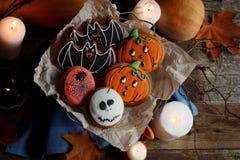 Biscotti, zucche e candele di Halloween sulla tavola Decorazioni d'annata, vecchia tavola rustica di legno Concetto di festa di H Fotografie Stock Libere da Diritti