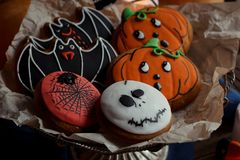 Biscotti, zucche e candele di Halloween sulla tavola Decorazioni d'annata, vecchia tavola rustica di legno Concetto di festa di H Fotografia Stock Libera da Diritti
