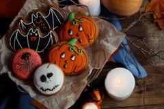 Biscotti, zucche e candele di Halloween sulla tavola Decorazioni d'annata, vecchia tavola rustica di legno Concetto di festa di H Immagine Stock Libera da Diritti