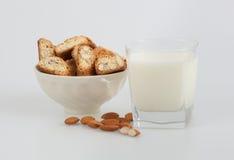 Biscottis και γάλα αμυγδάλων Στοκ Εικόνα