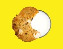 Biscotto in cima a vetro di latte scremato Fotografie Stock