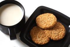 Biscotto con latte fotografie stock