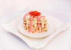 Biscotto con un materiale da otturazione delle bacche e della crema, cagliata molle, su un piatto bianco e spruzzato con cioccola immagini stock libere da diritti