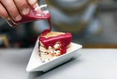Biscotto con un materiale da otturazione delle bacche e della crema, su un piatto bianco e spruzzato con cioccolata bianca Fotografia Stock Libera da Diritti