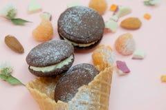 biscotto del cioccolato in cono gelato con la polvere bianca dello zucchero e della crema Fotografie Stock